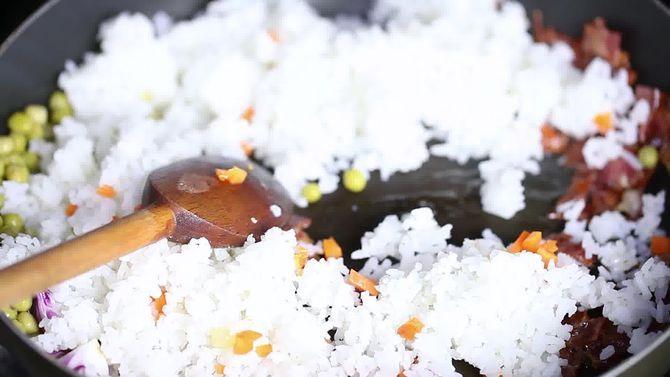 Зображення з назвою Make Chinese Fried Rice Step 11 preview
