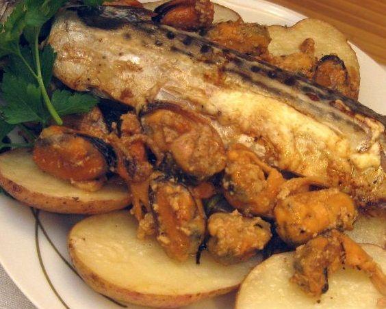 Запечена скумбрія з мідіями і картоплею