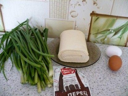 Необхідні інгредієнти: листкове тісто, зелену цибулю, яйця, перець
