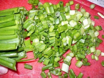 Нарізану зелену цибулю