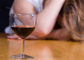 На споживання алкоголю впливає обсяг келихів і сімейний стан